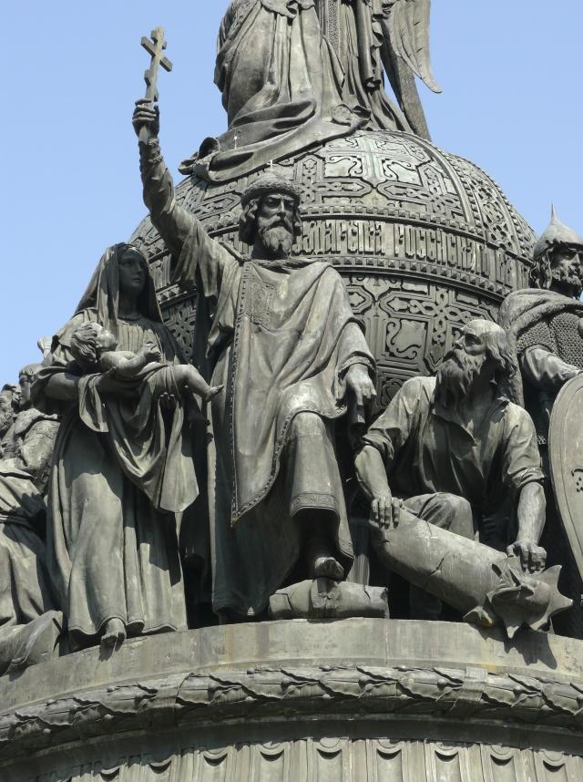 Скульптурная группа «Крещение Руси» (988 — 989 гг) на памятнике «Тысячелетие России» в Великом Новгороде. В центре — фигура Великого князя Киевского Владимира Святославича