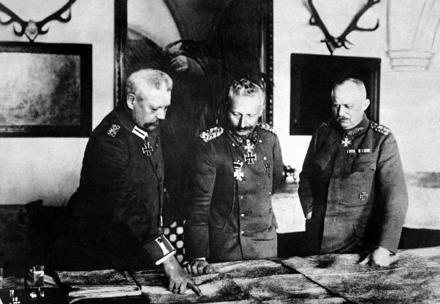 Генерал Пауль фон Гинденбург, кайзер Вильгельм II и генерал Эрих Людендорф в январе 1917 года