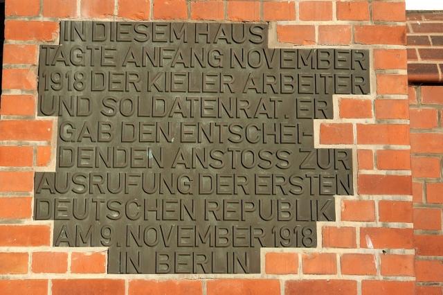 Дом, где в ноябре 1918 года заседал первый Совет рабочих и солдатских депутатов. Памятная табличка