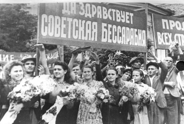 Жители Бессарабии встречают советские войска. 1940