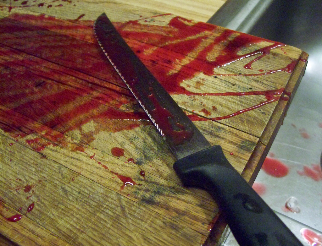 Картинки нож с кровью разрезающий