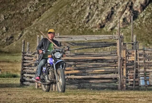 Житель Монголии на мотоцикле