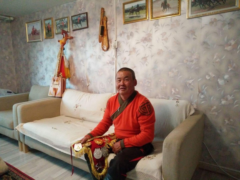 Житель Монголии у себя дома. На стене, на самом почетном месте, согласно президентскому указу, висит монгольский народный музыкальный инструмент «морин хур»