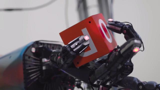 Видео: Робота научили переворачивать кубик, не роняя его