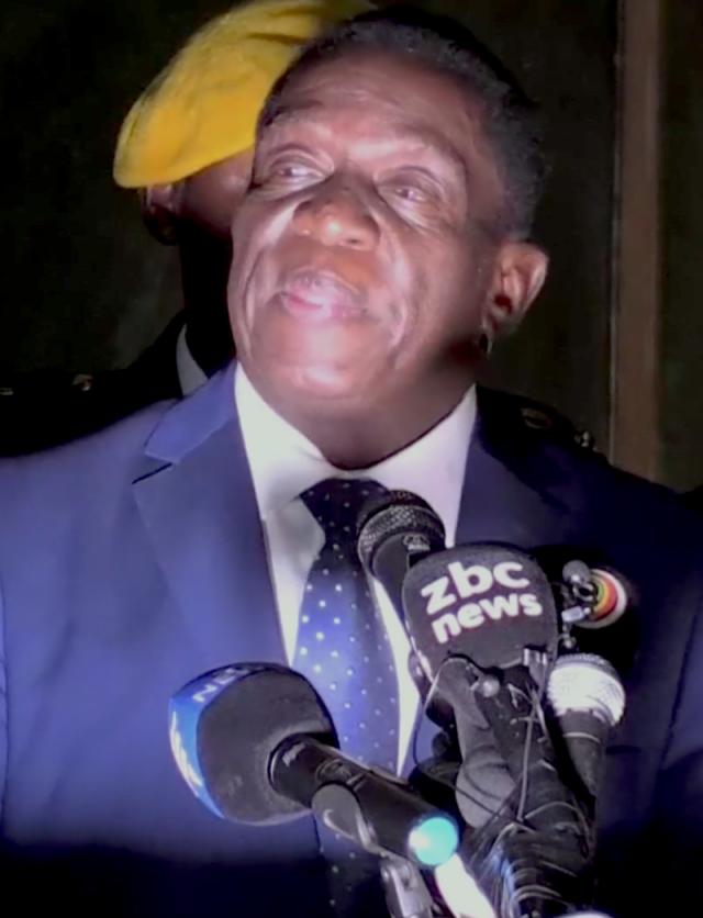 Выборы в Зимбабве: оба кандидата празднуют победу, ЦИК молчит
