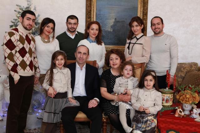 Роберт Кочарян с семьёй