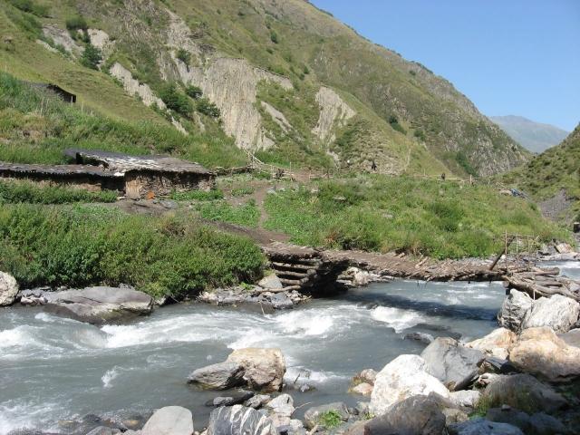На западе Грузии река снесла два моста и затопила поселки