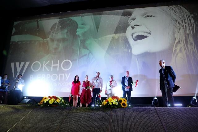 Солнце, кино и зонтики: в Выборге в 26-й раз открылось «Окно в Европу»