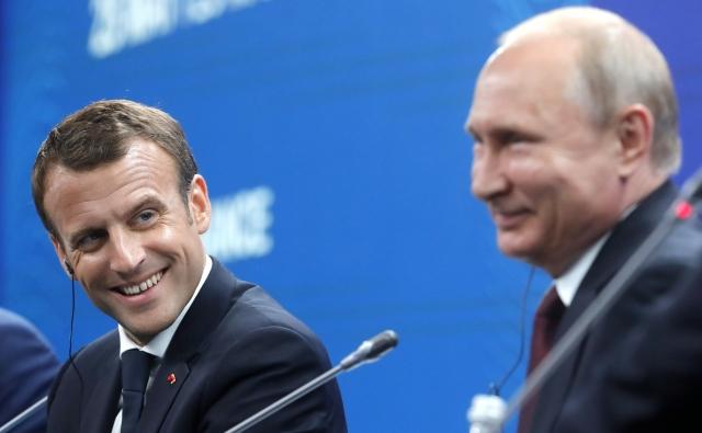 Путин обсудил с Макроном по телефону ситуацию с Сенцовым