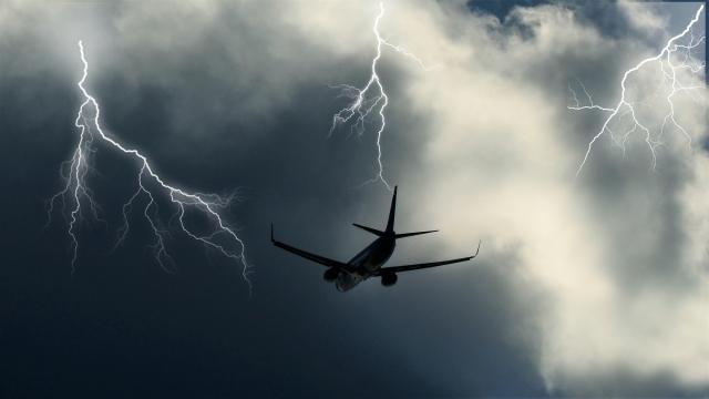 В самолет с туристами из России ударила молния