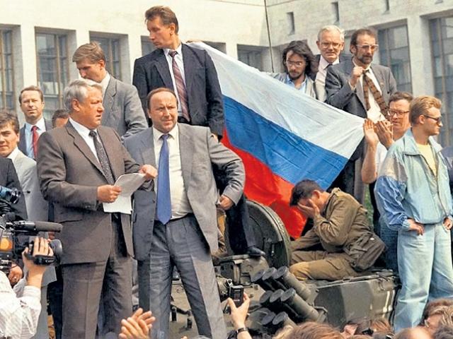 Ельцин на танке 19 августа 1991 года.  Благодаря солдаты справа фотография получила название «Боже, что мы все натворили!»