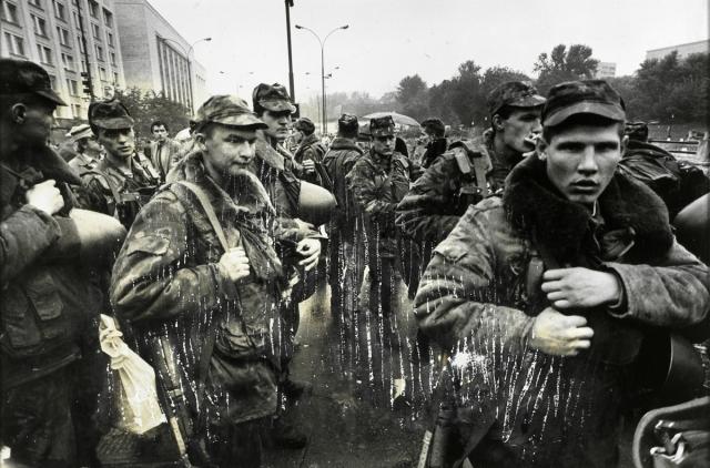 Растерянные солдаты в столице