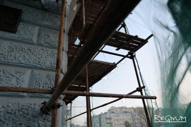 В Петербурге после гибели рабочего обнаружились другие небезопасные фасады