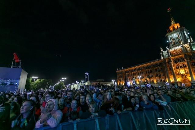 Тысячи людей на концерте