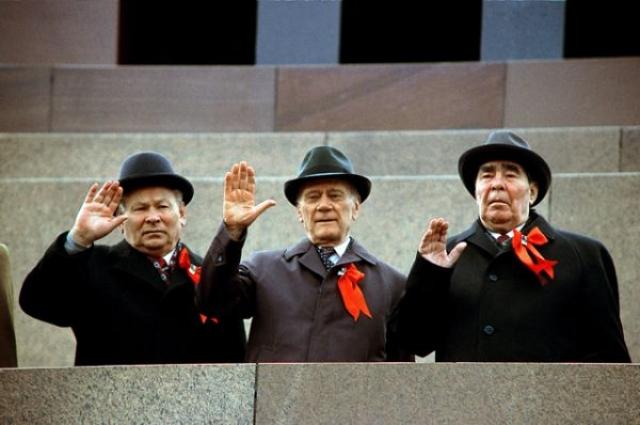 Празднование 1 Мая на Красной площади. На трибуне Мавзолея К. Черненко, Н. Тихонов и Л. Брежнев. 1982