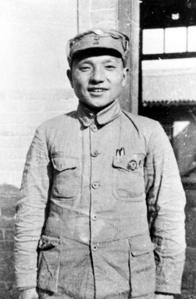 Дэн Сяопин в форме китайской Национально-революционной армии (НРА). 1937 год