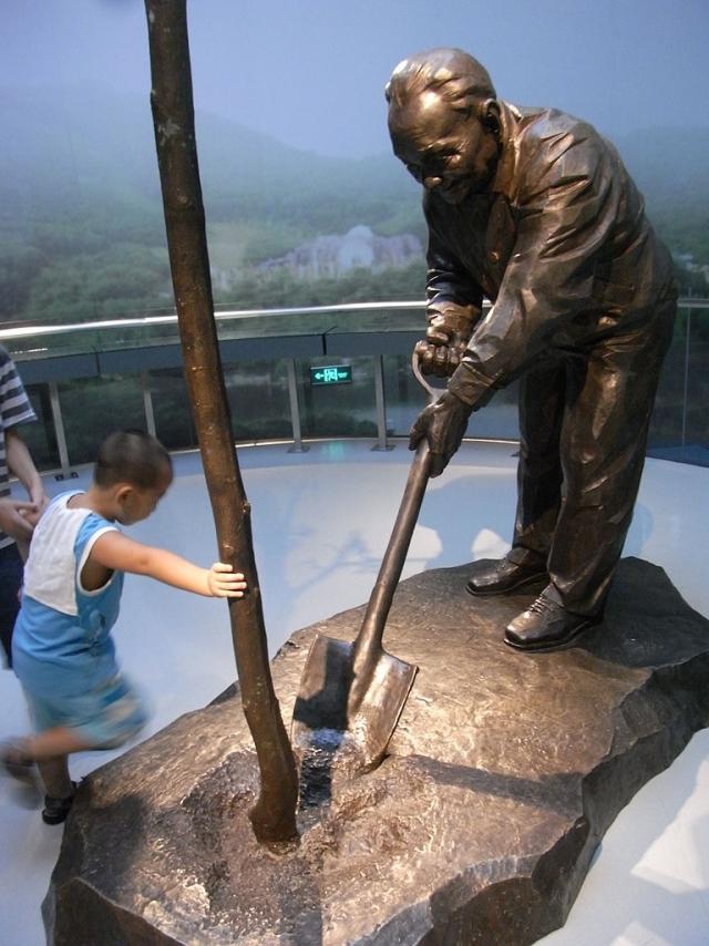 Скульптура Дэн Сяопина, сажающего дерево, в музее Шэньчжэня, КНР