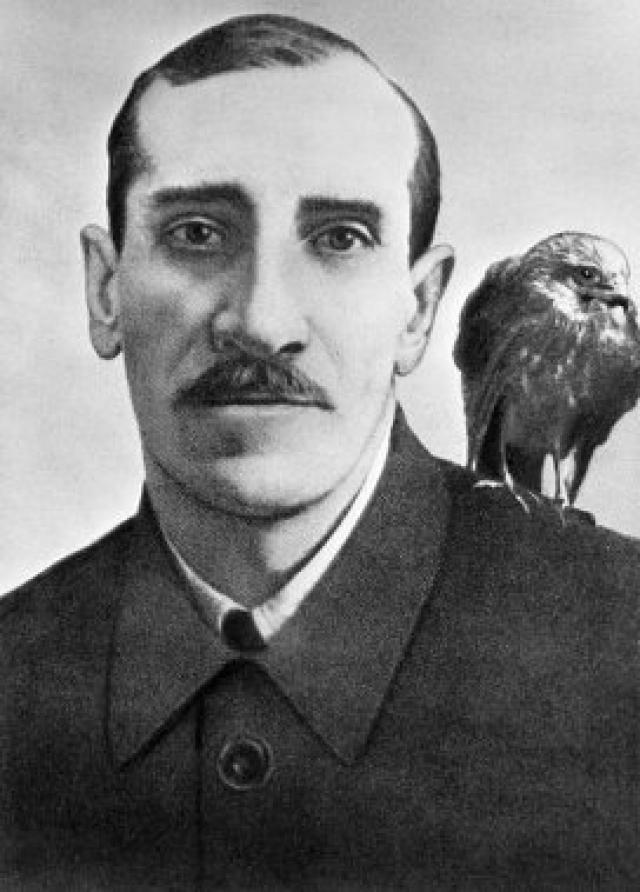 Гуль, любимый ястреб Грина, со своим хозяином (1929 г.). Ему посвящён рассказ писателя «История одного ястреба»