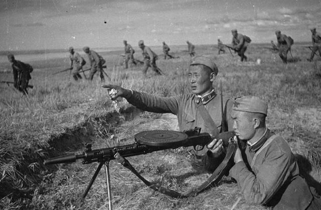 Пулемётчик монгольской Народно-революционной армии прикрывает свои войска