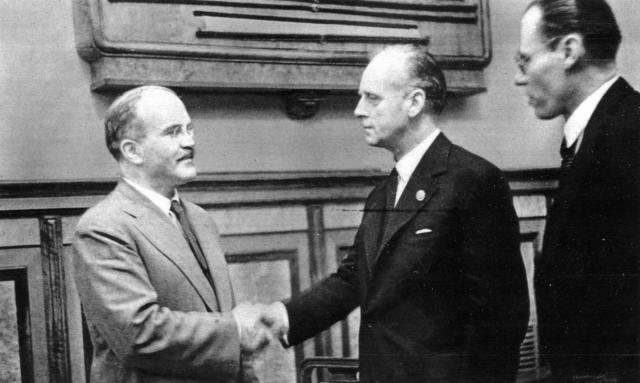 Молотов и Риббентроп после подписания советско-германского договора о дружбе и границе между СССР и Германией. Москва 28 сентября 1939