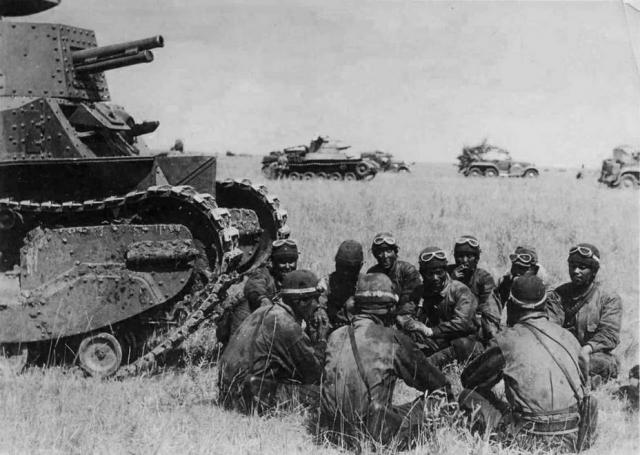Инструктаж японских танкистов у танка «Йи-Го» (Тип 89) во время наступления в монгольской степи. На заднем плане виден танк «Чи-Ха» (Тип 97)