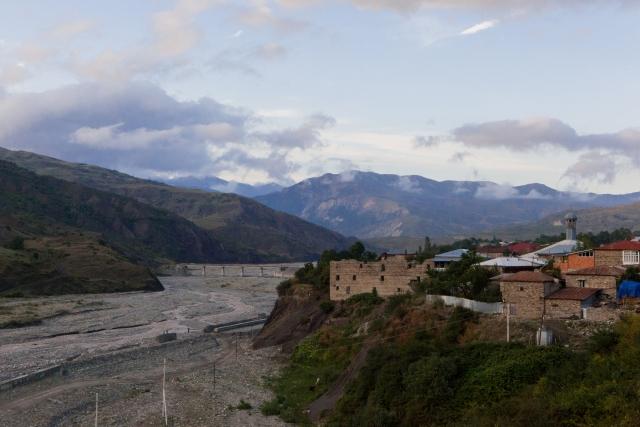 Вид на поселок Лагич и реку Гирдыманчай