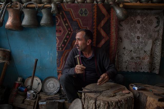 Сулейманов Вахид в своей мастерской