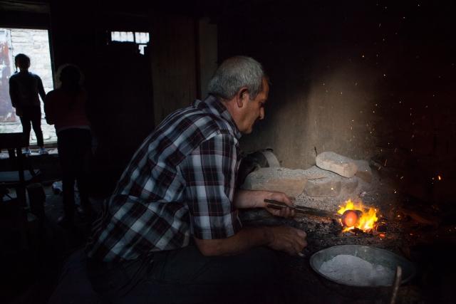 Хафиз Мирзоев в своей мастерской. У него пять дочерей и один сын, который не хочет становиться мастером