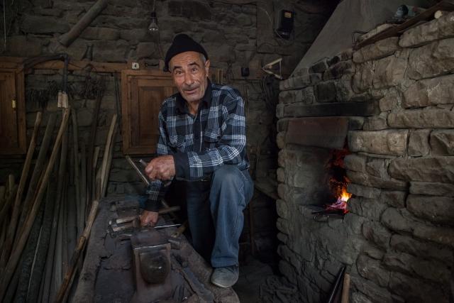 Зейнал Зейналов — кузнец в шестом поколении. У мастера пять сыновей и одна дочка. Дети не планируют продолжать дело отца