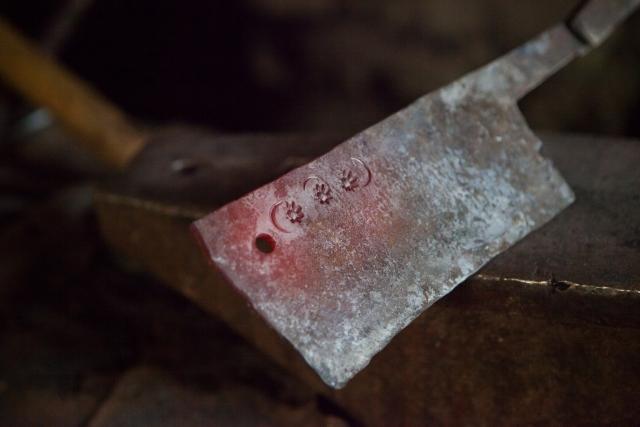 Зейнал украшает традиционный стальной нож