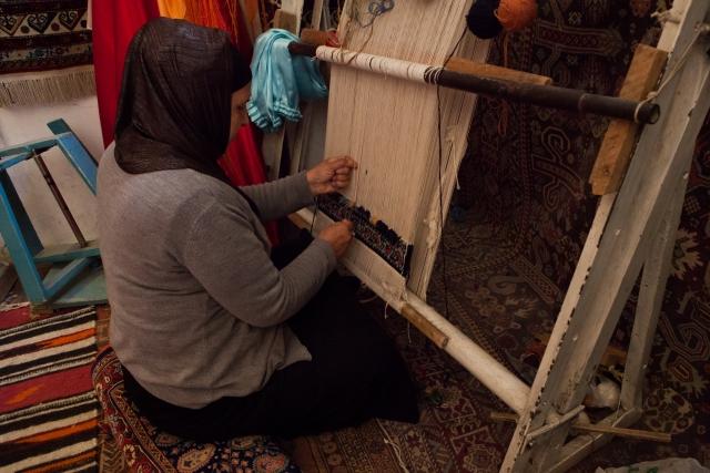 Халча плетет ковер. Ее дети умеют делать ковры, но не хотят и мечтают учиться в Баку