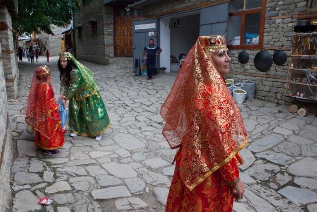 Туристы фотографируются в национальных костюмах на центральной улице