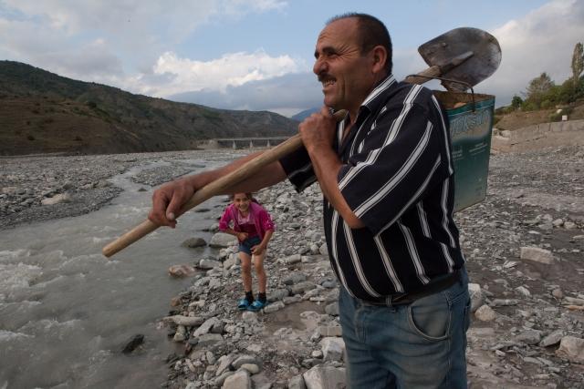Отец и дочь перешли реку вброд, чтобы добраться до центра поселка
