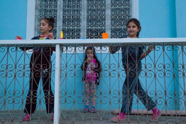 Девочки играют на крыльце одной из мечетей поселка
