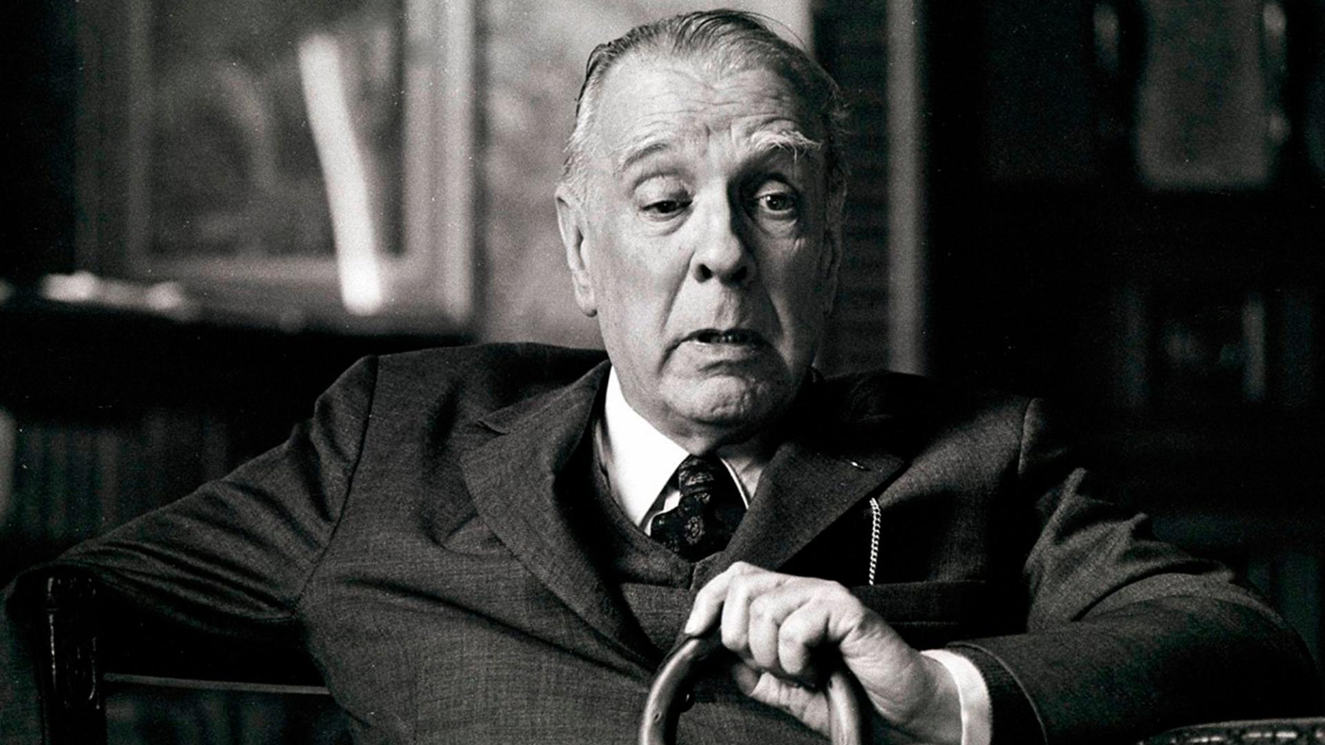 Аргентинский писатель и поэт Борхес в своем кабинете.1973