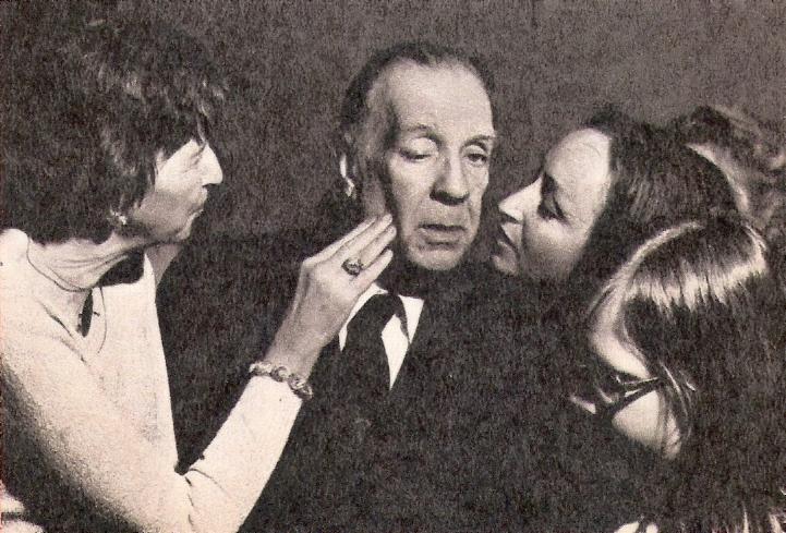 Писатель в окружении поклонниц. 1976
