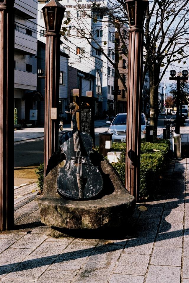 «Памятник скрипке» на улице Дзаймокутё в Мориоке. Кэндзи Миядзава, как и многие великие, любил этот инструмент