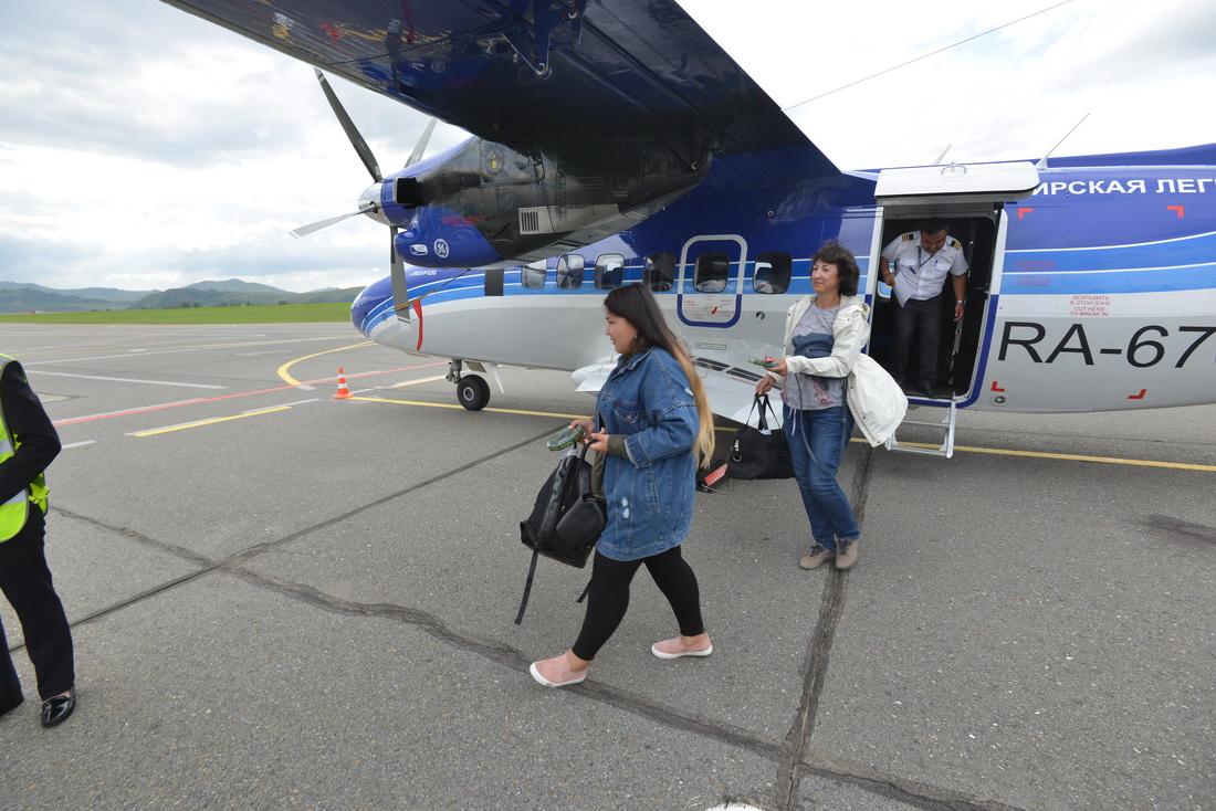 Пассажиры Сибирской авиакомпании («СиЛА») и самолет L-410 в аэропорту Горно-Алтайска
