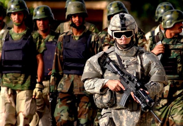 Американский инструктор и иракские полицейские