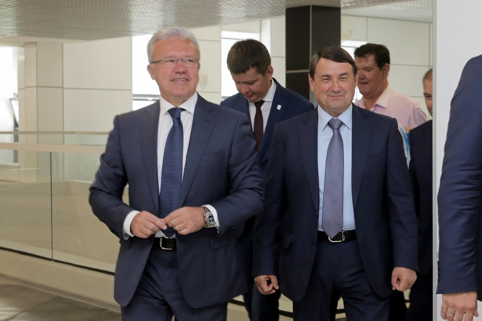 Врио губернатора Красноярского края Александр Усс (слева) и помощник президента Российской Федерации Игорь Левитин