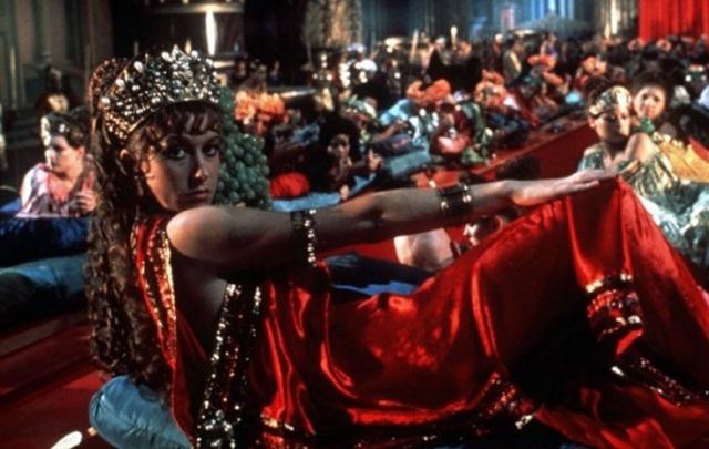 Разврат при вдоре Калигулы. На переднем плане — Хелен Миррен в роли Цезонии