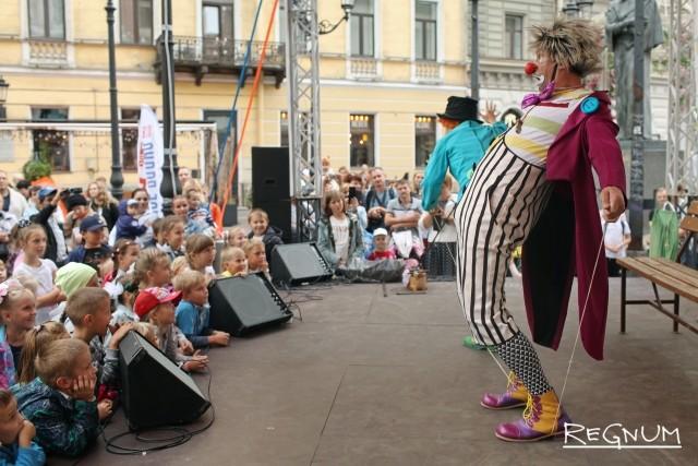 Выступление клоунов для школьников в День знаний