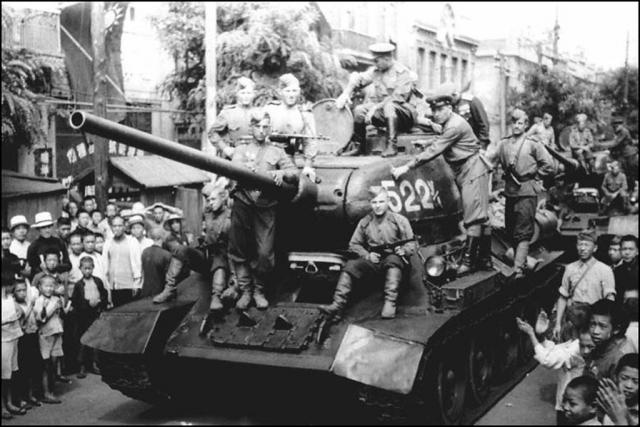 Китайское население приветствует советских танкистов, вступивших в город. Дальний. 13 сентября 1945 г