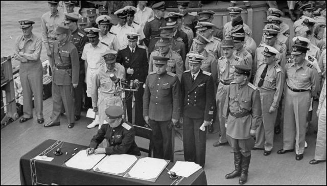 Церемония подписания Акта о капитуляции Японии. Представитель СССР генерал К.Н. Деревянко подписывает акт. 2 сентября 1945