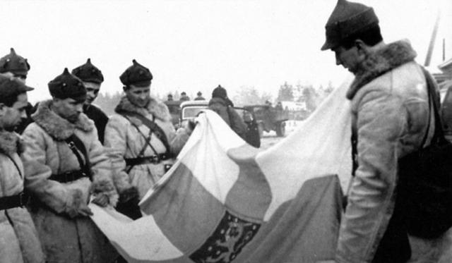 Бойцы и командиры Красной Армии осматривают трофейное оружие и технику. Финская война