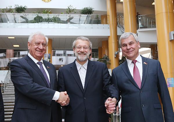 Али Лариджани (в центре) во время визита в Белоруссию