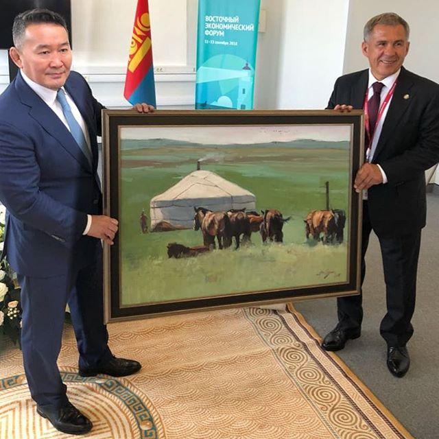 Президент Монголии Халтмаагийн Баттулга дарит картину главе Татарии Рустаму Минниханову