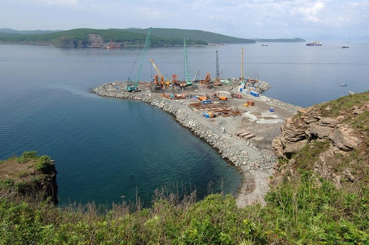 Строительство моста на остров Русский