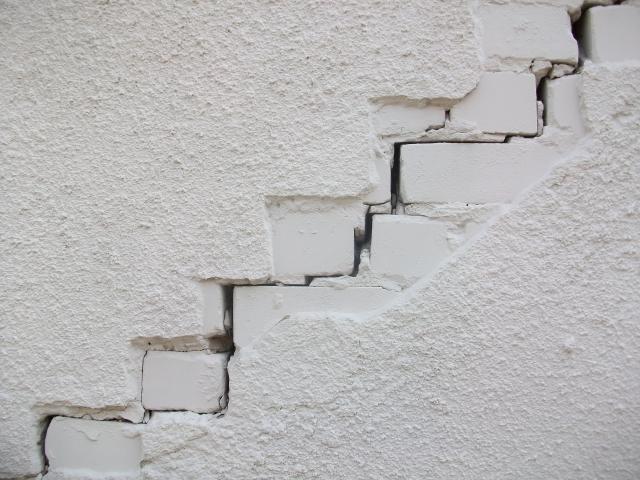 Сквозные трещины: в Прикамье сиротам предложили опасный дом