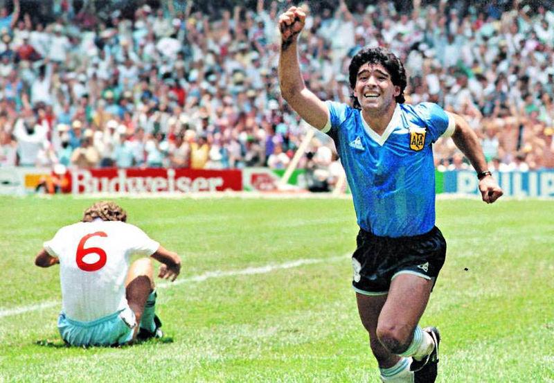 Диего Марадона празднует гол в ворота сборной Англии